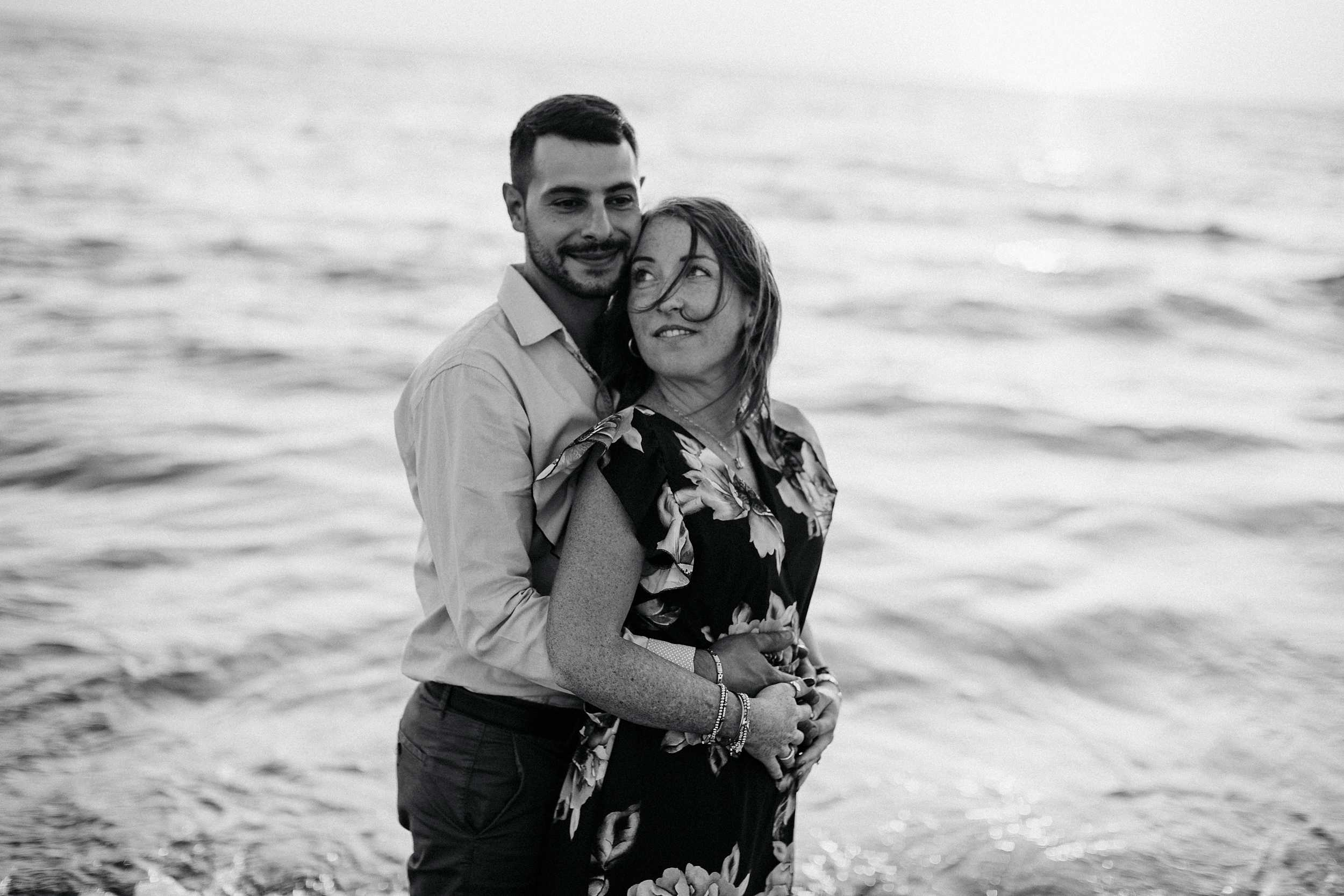 servizio di coppia sulla spiaggia al tramonto