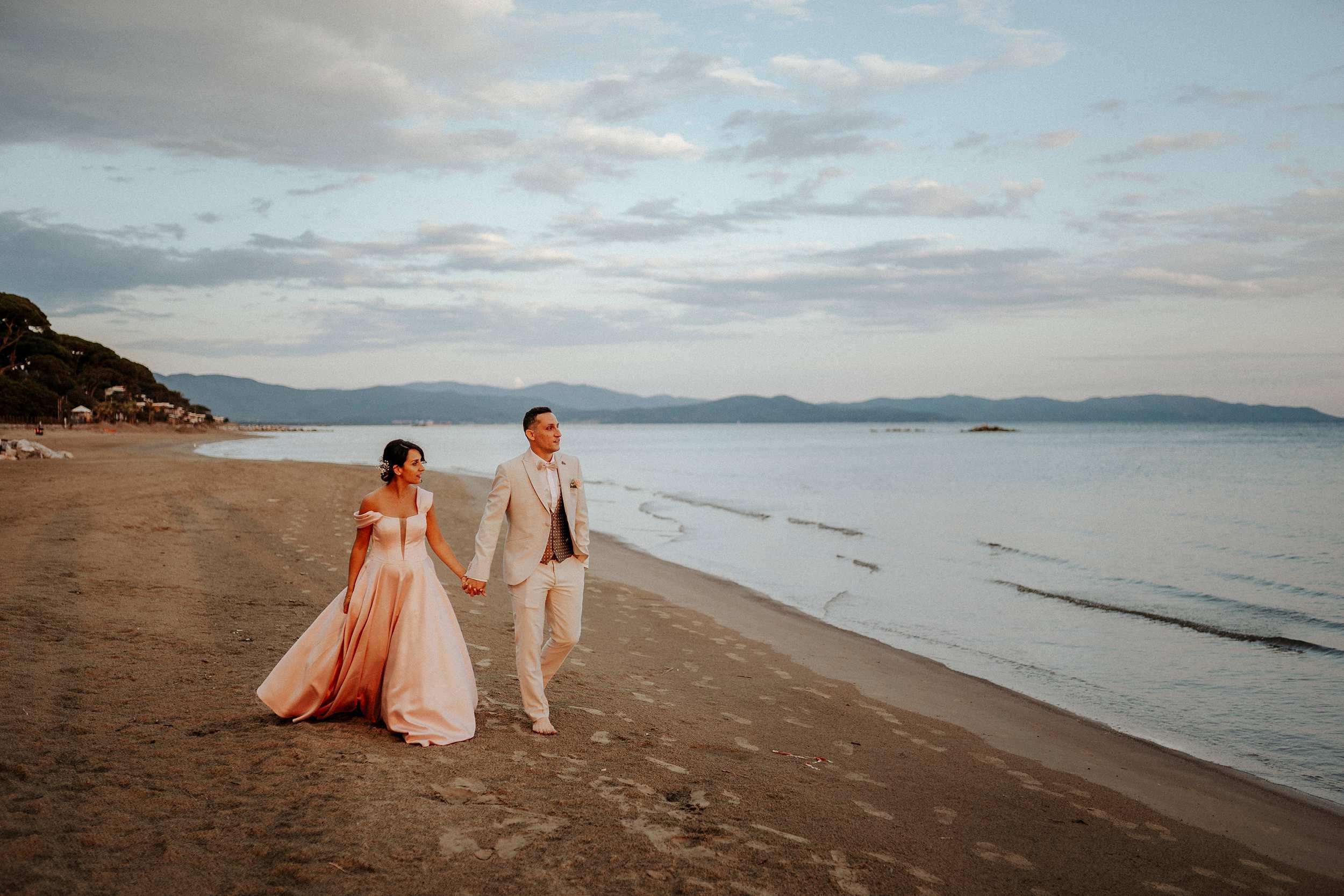 foto di coppia matrimonio in riva al mare